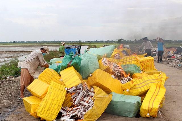 Sóc Trăng tiêu hủy hơn 177.600 gói thuốc lá nhập lậu