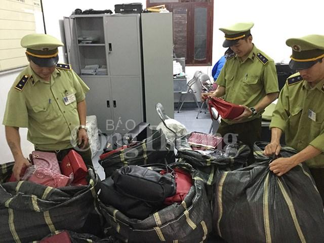 Quản lý thị trường Nghệ An bắt lô hàng túi xách, ví không rõ xuất xứ