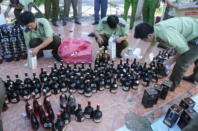 Thừa Thiên Huế thu giữ nhiều hàng hóa không rõ nguồn gốc trên xe đầu kéo