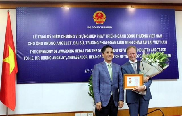 Bộ trưởng trao Kỷ niệm chương cho Đại sứ EU tại Việt Nam