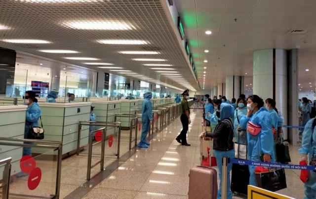 Thủ tướng: Tạm dừng các chuyến bay thương mại từ nước ngoài