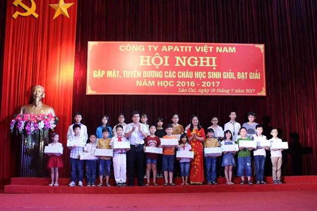 CĐ Công ty Apatit Việt Nam khen thưởng 305 học sinh, 1 em giành bổng ĐH Stanford